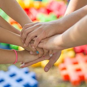 Viele Kinder legen ihre Hände ineinander